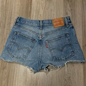 torn levis jean shorts!